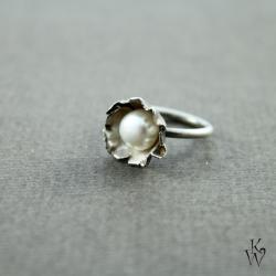 kwiat,perła,delikatny,romantyczny,kobiecy,surowy - Pierścionki - Biżuteria